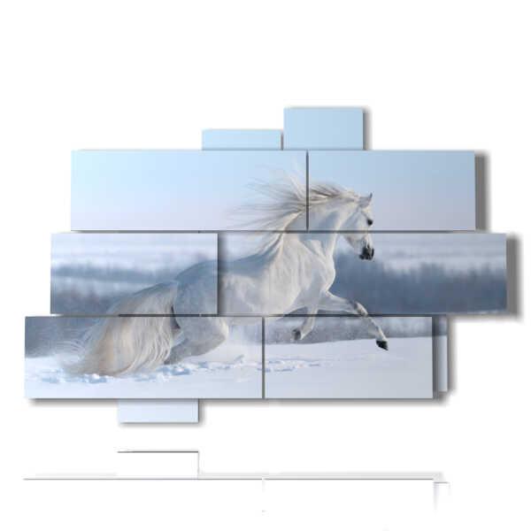 con cuadro blanco pintado a caballo en la nieve